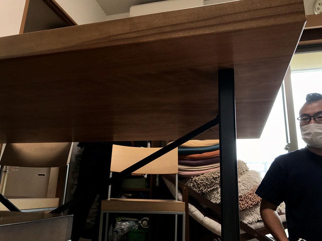 リサイズのご相談をいただいたダイニングテーブルの天板と脚の接続部分