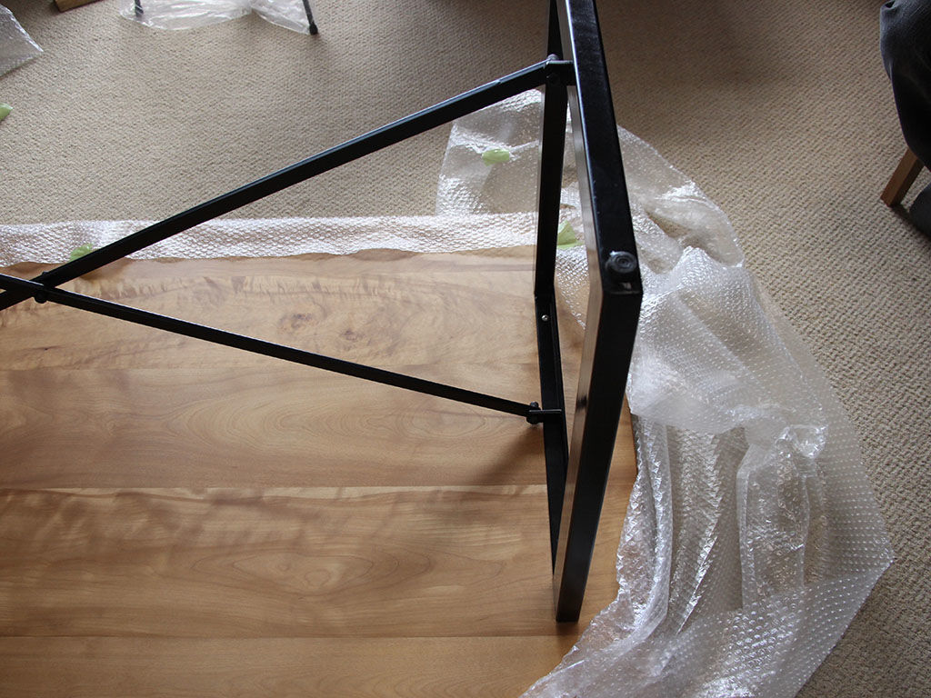 納品時のテーブル天板と脚フレームを組み立てている様子
