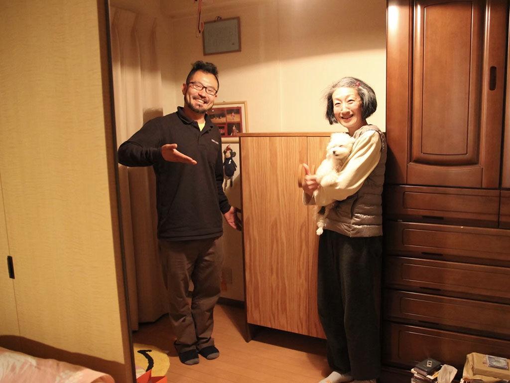 お客様と一緒にリメイクさせていただいた家具と記念撮影