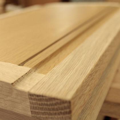 婚礼タンスのシンプルな佇まいが生きるよう新材の木目のバランスなども考えたリメイク