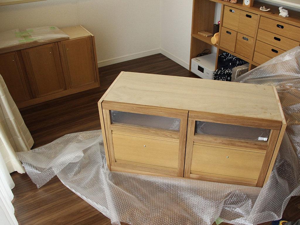 2つのユニットからなるテレビ台をお客様宅で組み立て