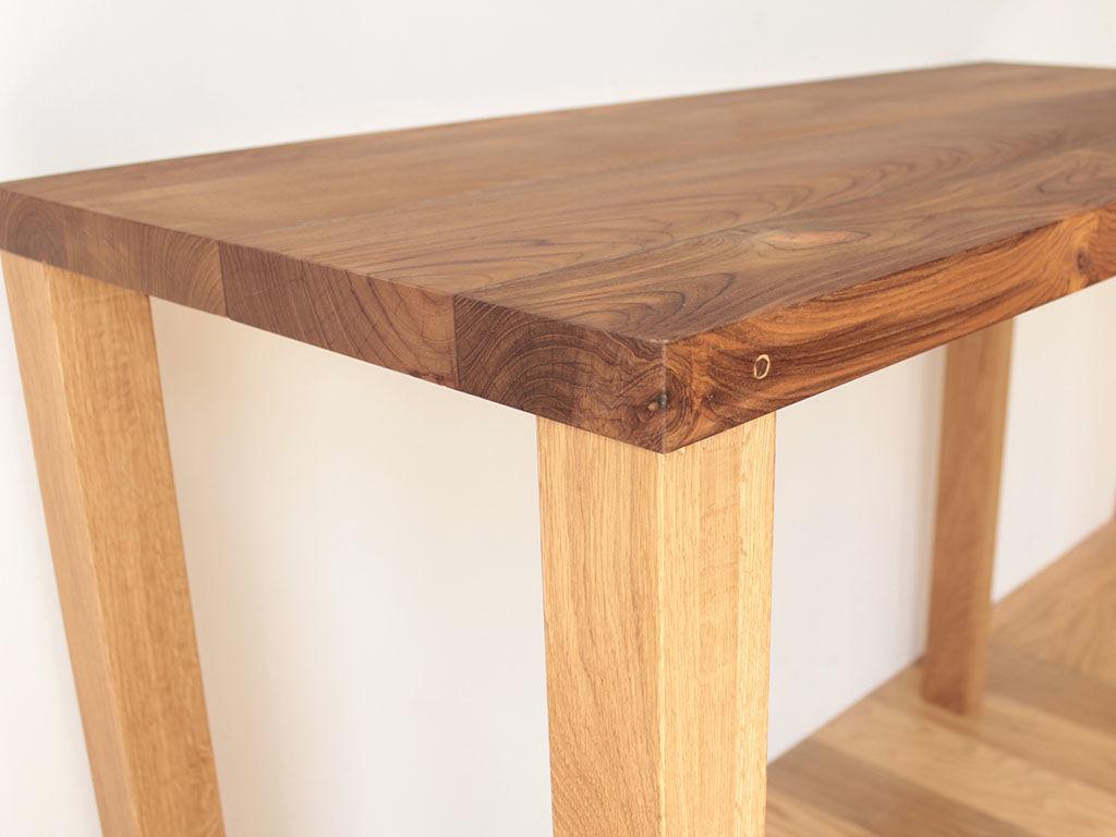 テーブルの脚は天板下を広々と使うことのできるレッグジョイント式