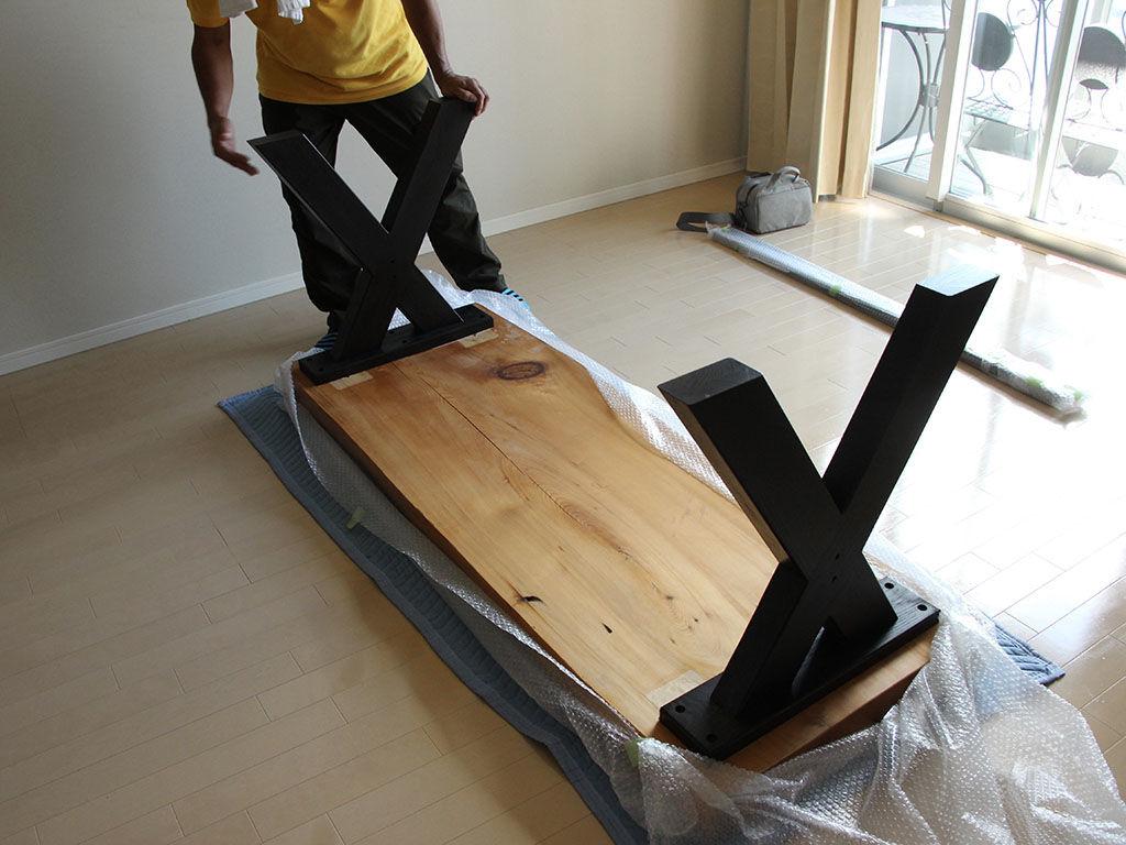 リメイク製作したダイニングテーブルをお客様宅で組み立て