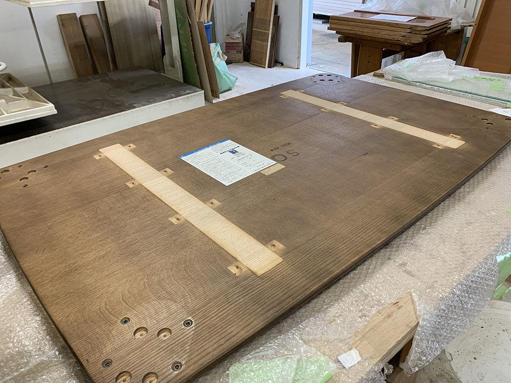 座卓のリメイク過程(天板裏の反り止めなどを外し真っさらの状態に)