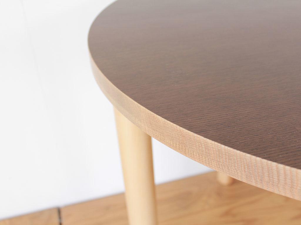 テーブル天板の地の色を生かした側面