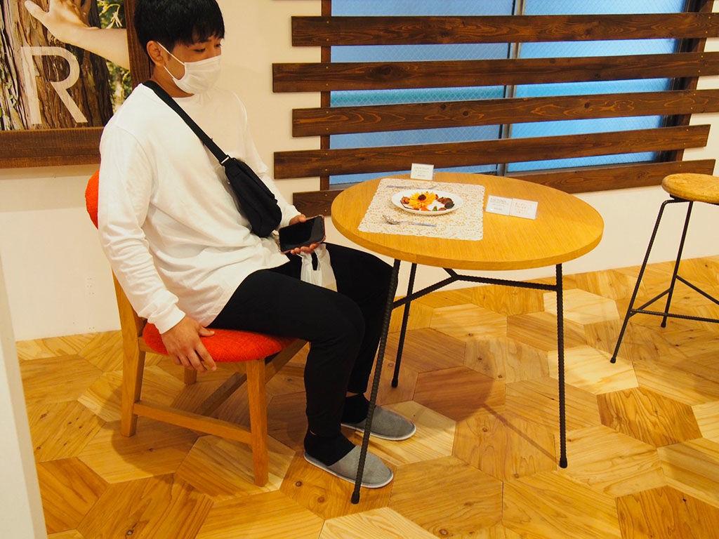 座面と背面のカーブが体にフィットするカームチェアに座るお客様