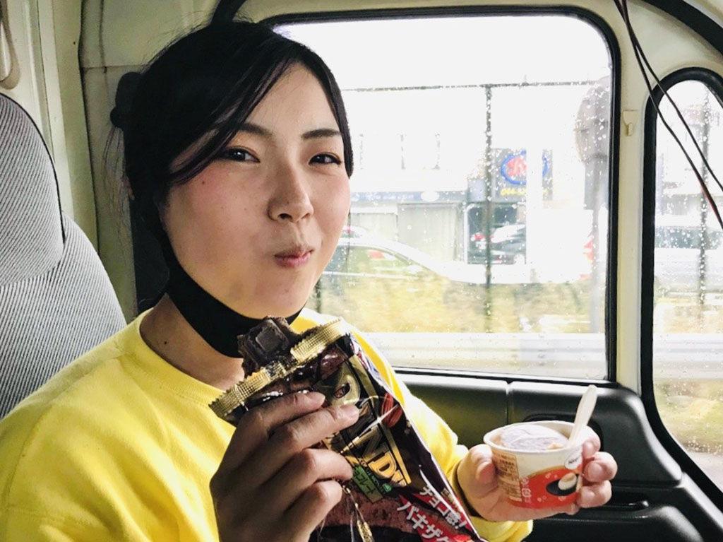 アイスを2個食いするユリマタタ
