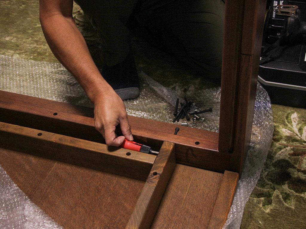 リメイクしたテーブルの組み立て作業