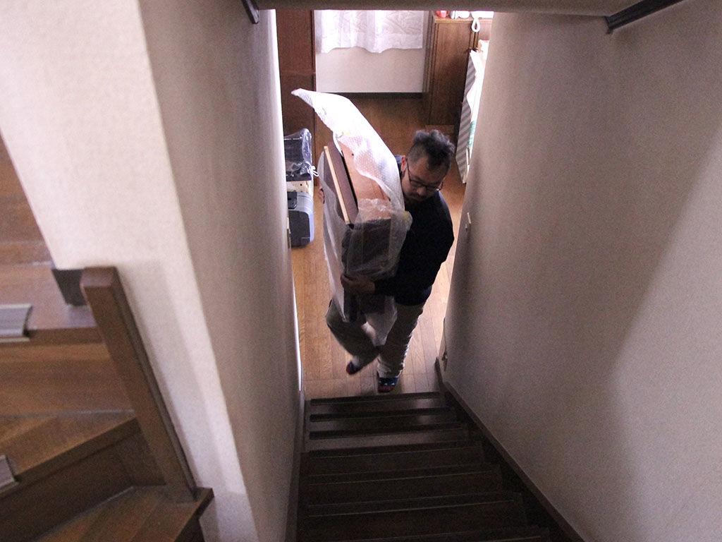戸建ての2階に家具を納品させていただく様子