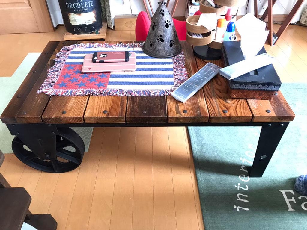 インダストリアルスタイルのリビングテーブル