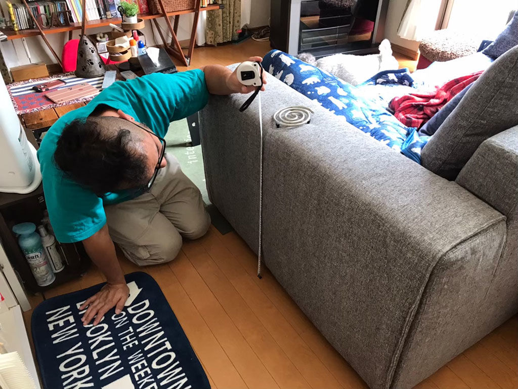 ソファにぴったりのサイドテーブルを製作するためソファを採寸