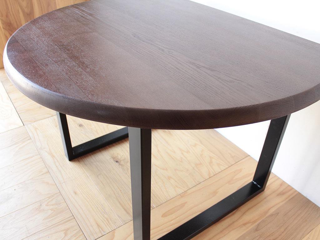 ウォールナット色の天板に黒皮アイアンの脚でスタイリッシュなダイニングテーブルに大変身