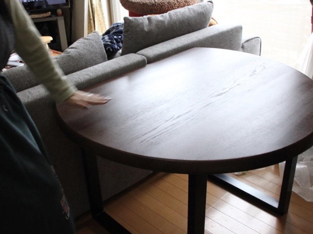 リメイクで雰囲気が変わったダイニングテーブルをご覧になり喜んでくださるお客様
