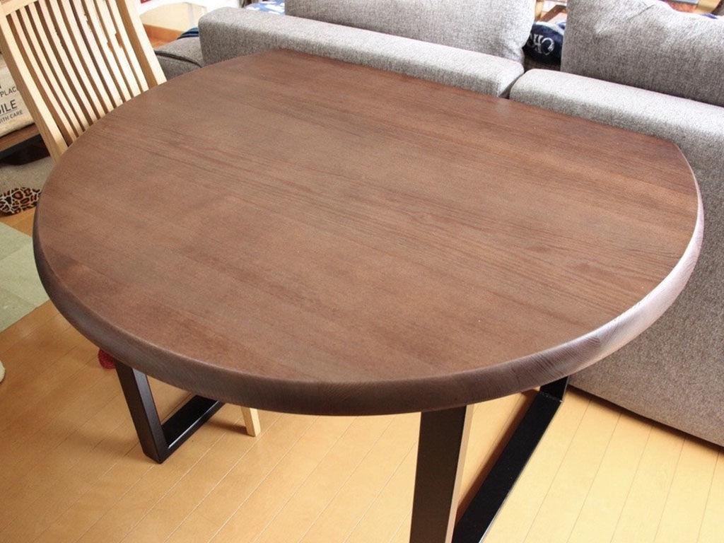 リメイクして一回り小さくなったダイニングテーブルをお部屋の元の位置に設置