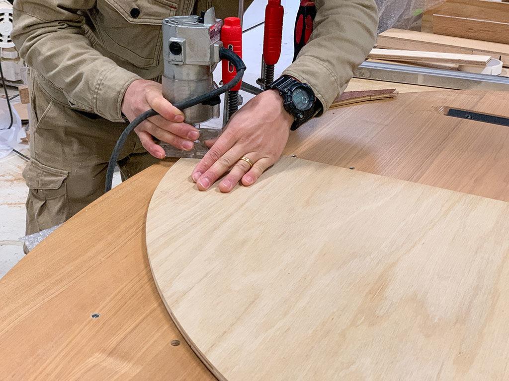 半円形のダイニングテーブルをリメイクする様子