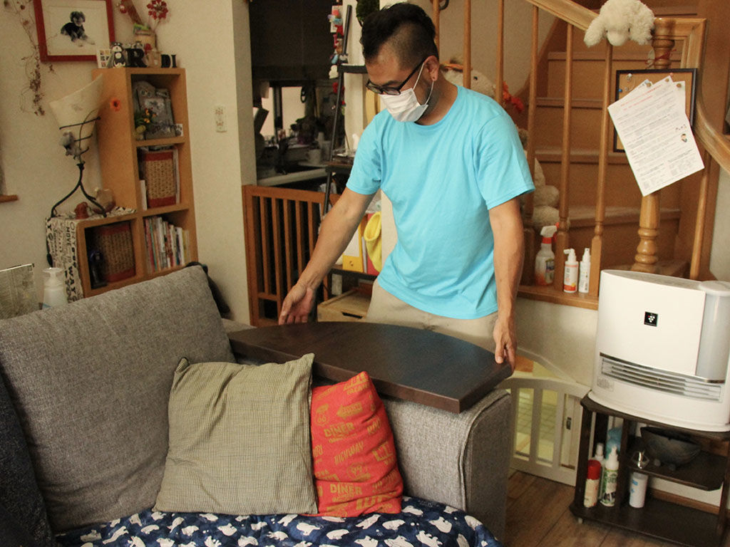 半円形のダイニングテーブルからリメイクした三日月型のサイドテーブルをソファのアームに設置