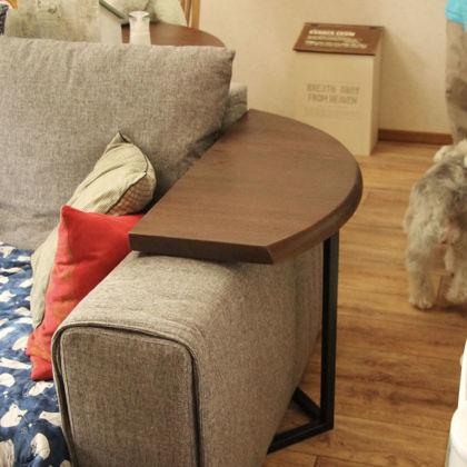 三日月型天板×アイアン脚のサイドテーブルをソファのアーム部分に設置