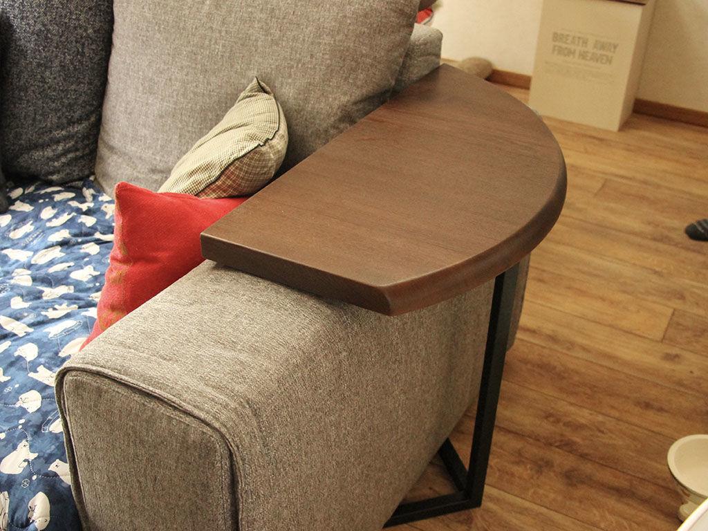 ソファのアームに天板をのせて使い勝手の良いサイドテーブル