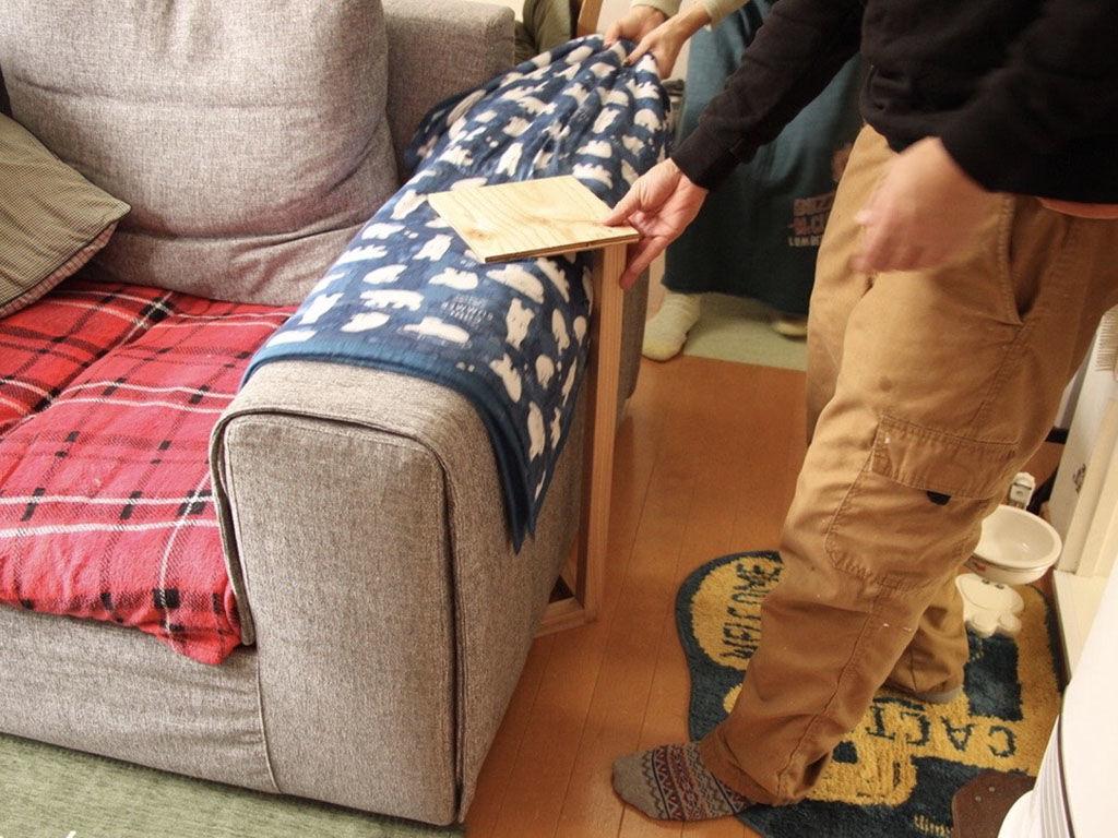 ソファにぴったりのサイドテーブルを製作するため、試作のフレーム実際に合わせる