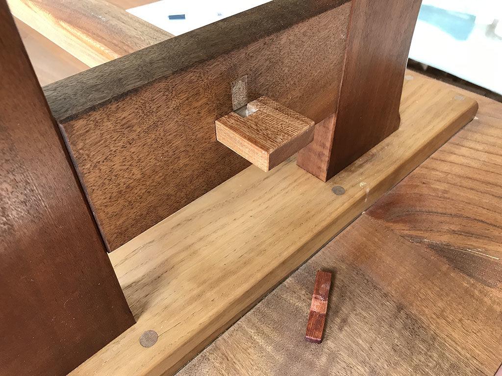 ローテーブルの台座を残して脚を外すことができないか方法を探る