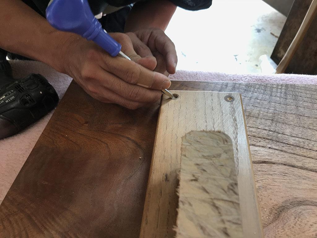 埋め木を掘りローテーブルから脚の台座を外す