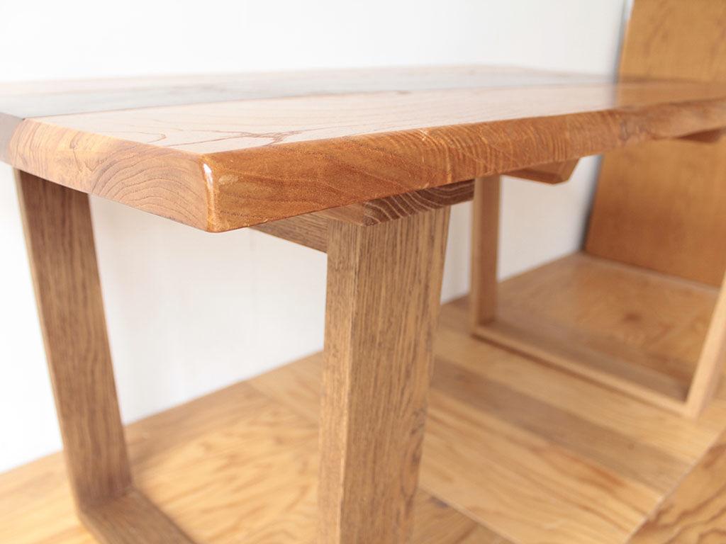 テーブルの脚には硬く丈夫なオーク材を使用
