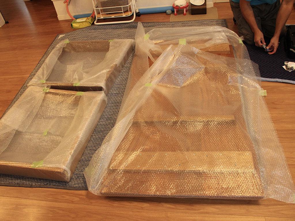 テーブルの天板と脚を別々に梱包し、お客様のお家へ丁寧に運び込みます