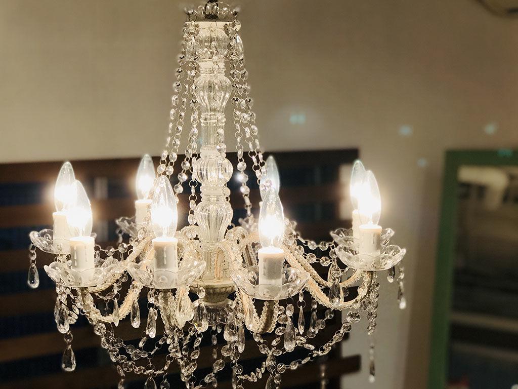 煌びやかな明かりが灯るシャンデリア