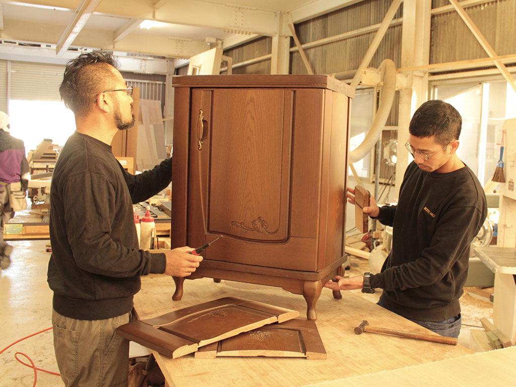 ルーツファクトリー淡路島工房での家具のリメイク風景