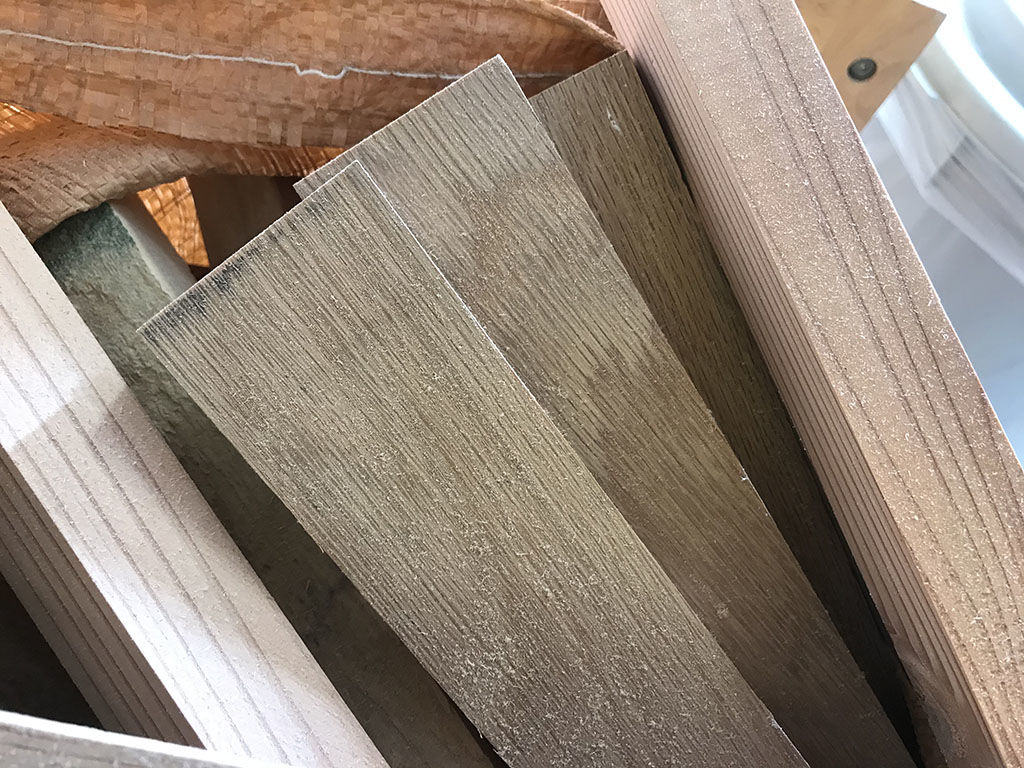 淡路島工房で家具製作する際に出る高級木材の端材たち