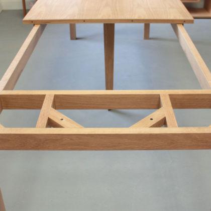 大きな伸縮式テーブルの天板にも耐えうるフレーム
