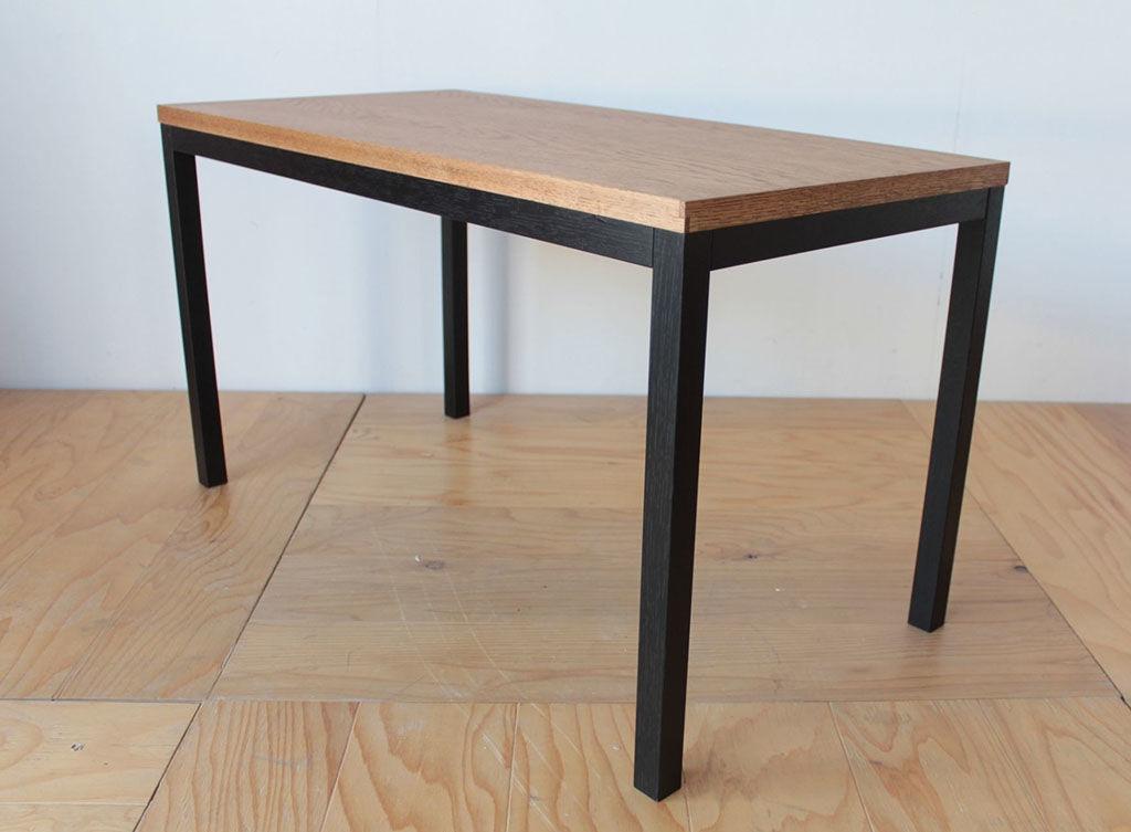 フレームに黒染めにしたオーク材を使用したテーブル