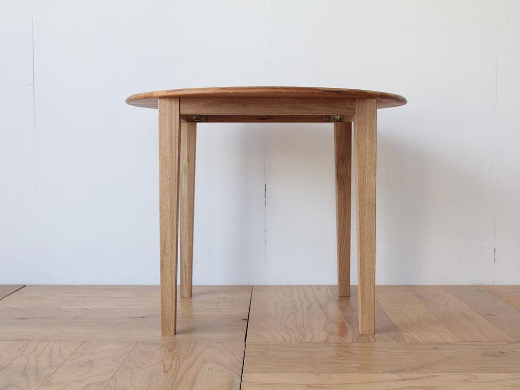 テーパーカットのスラリとのびる脚がかっこいいダイニングテーブル