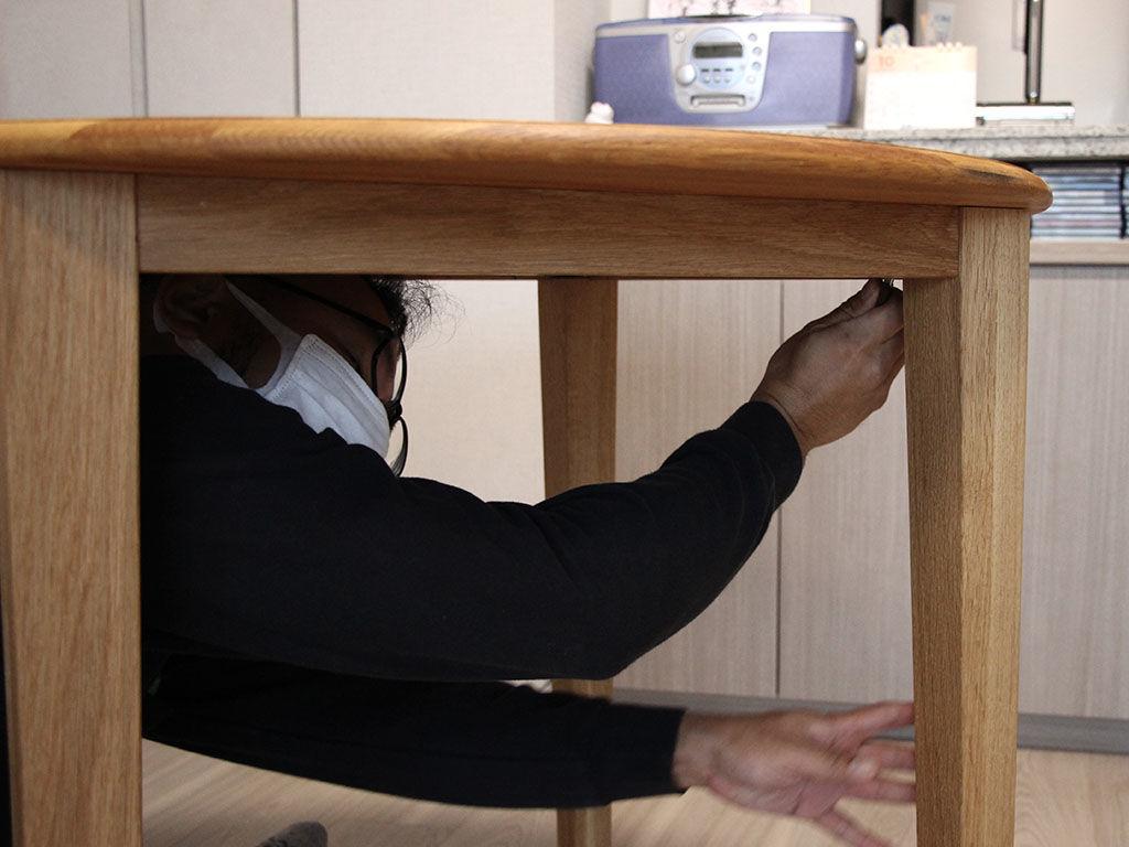 リメイクしたテーブルの天板と脚を組み立ててお客様のお部屋に設置