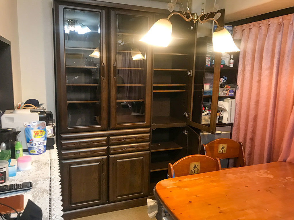 「高さを低くして部屋の壁にぴったり付けられるようにしたい!」とご相談いただいた食器棚