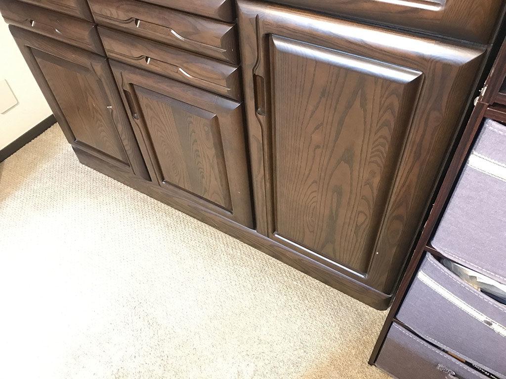 どのようにリサイズするのが綺麗に仕上がるか食器棚を隅々まで観察