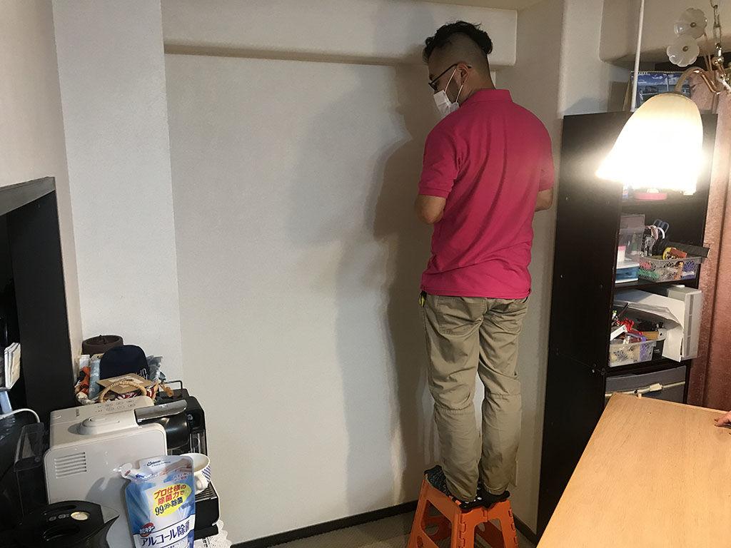 食器棚を何mm低くリサイズすれば設置スペースに収まるか採寸