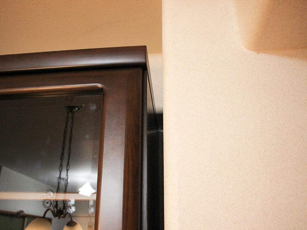 高さをリサイズして下り天井の下に収まるようになった食器棚