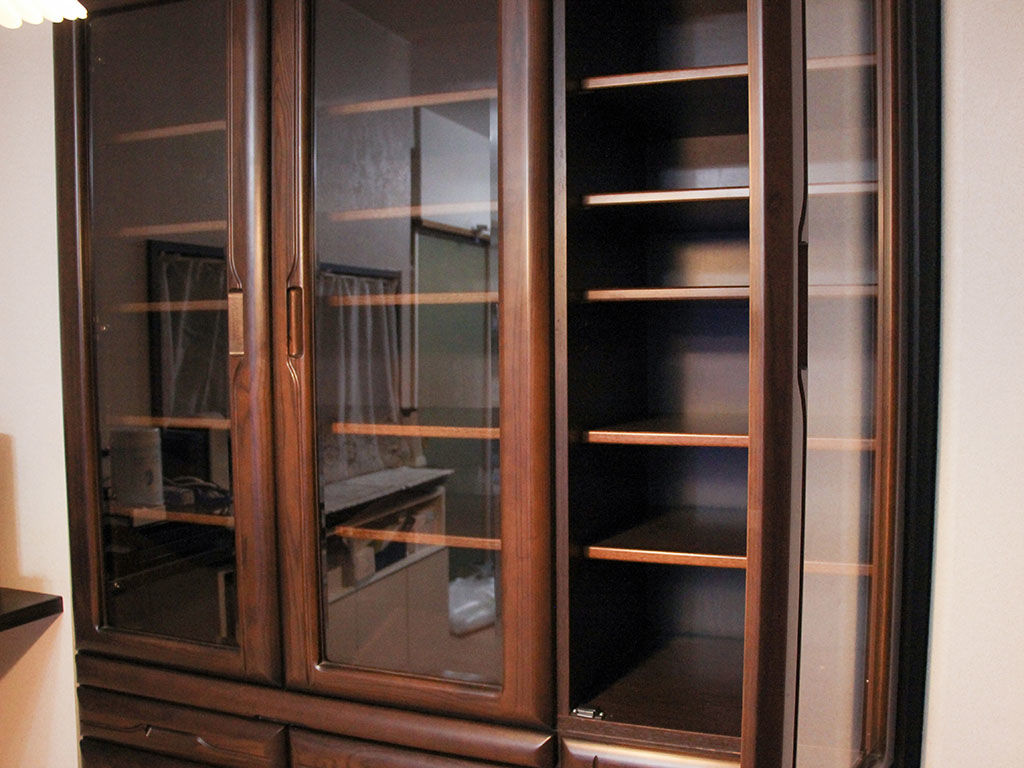 扉のマグネットキャッチや蝶番が直り開け閉めしやすくなった食器棚
