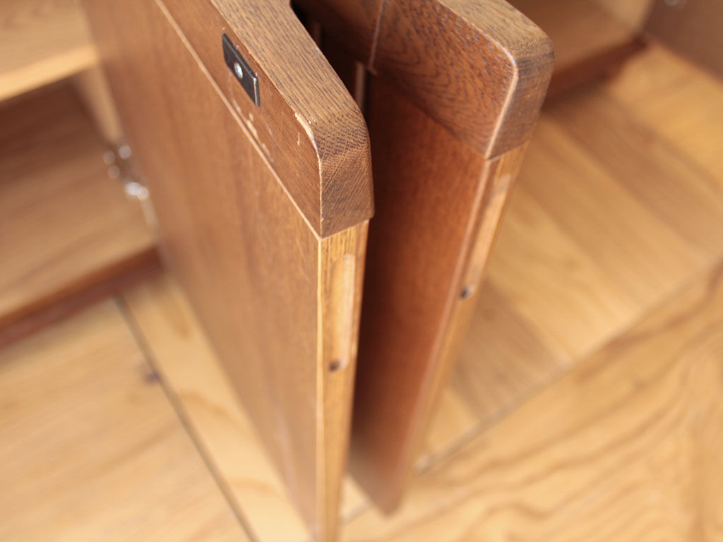扉のデザインを邪魔しないように引き手は扉側面に掘り込み
