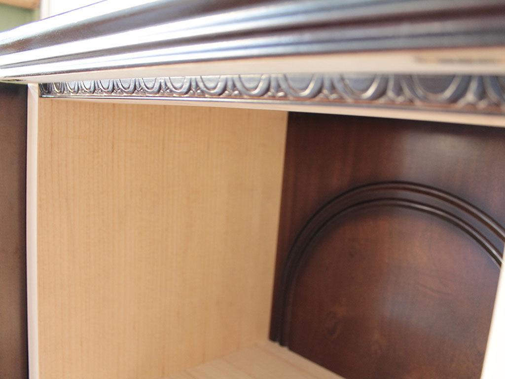 和タンスの天板下の飾り彫を生かしたお仏壇