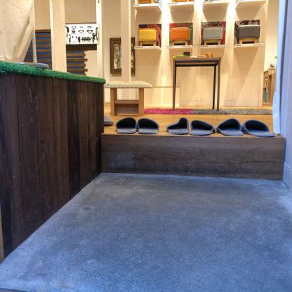 家具屋の玄関