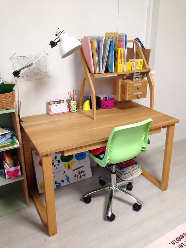 天板、脚、引き出し、上置きすべて無垢オーク材製の学習机