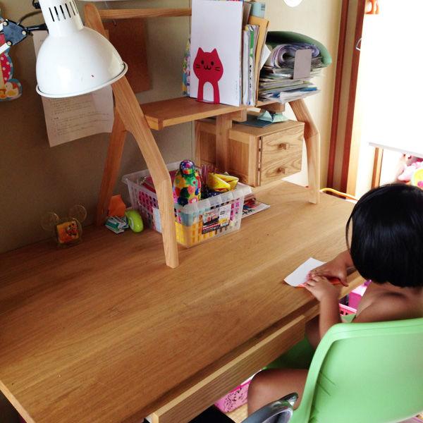 個性的な形の上置き付き学習机