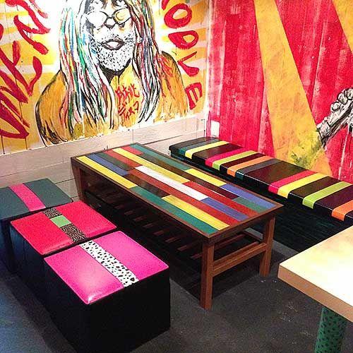 色とりどりの素材を使ったテーブル&スツール