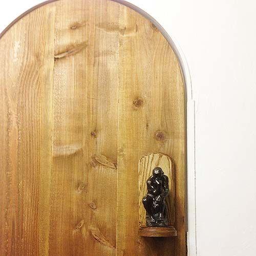 考える人が取っ手になっているドア