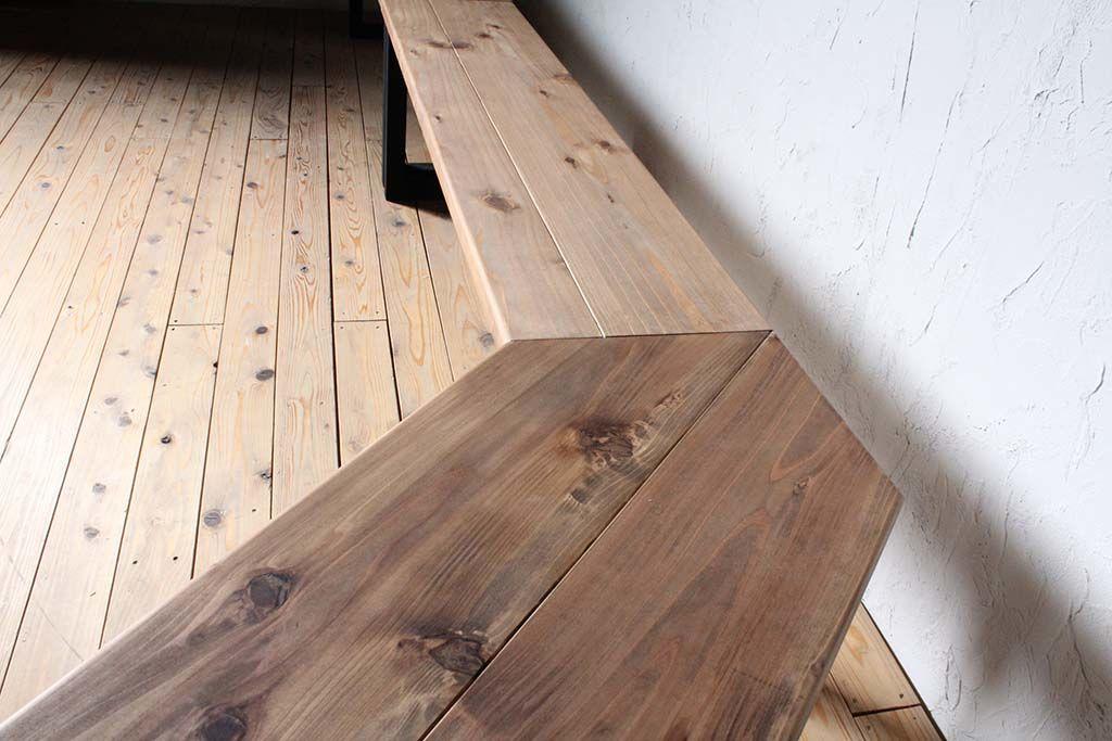 無垢天板のヴィンテージ仕上げ壁面テーブル