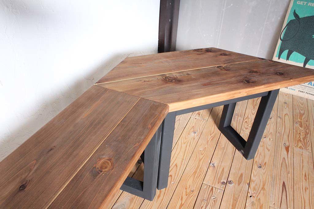 無垢天板にブラックの脚壁面テーブル