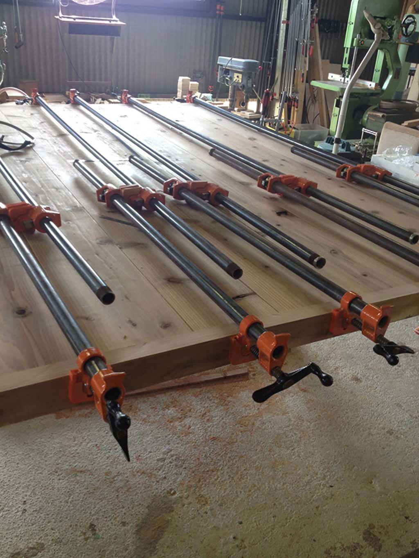 無垢材の巨大なミーティングテーブル板接ぎ加工