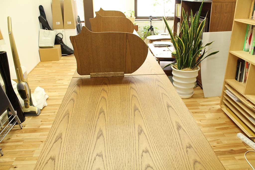 オーク材の木目が綺麗なワークデスク&卓上パーテーション